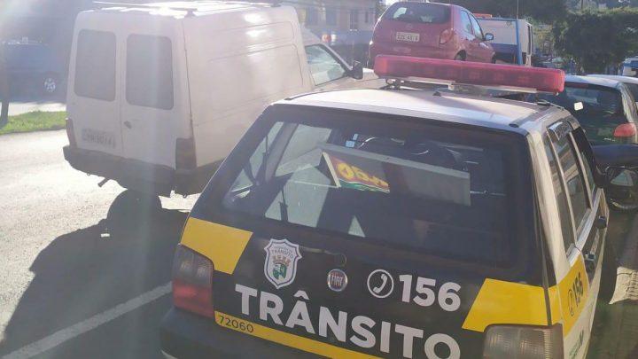 Veículo é apreendido com mais de 7 mil reais em multas na maioria por não pagamento de estacionamento rotativo em Chapecó