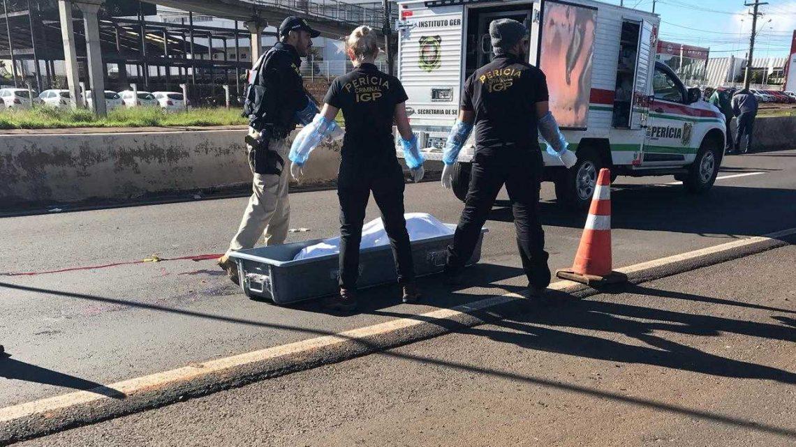 Avô morre atropelado por moto e caminhão após ajudar parentes que se envolveram em acidente na BR-480, em Chapecó