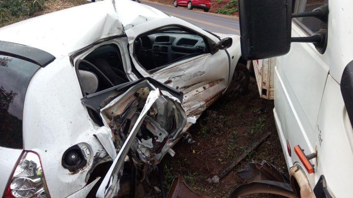 Motorista perde o controle do veículo e colide em caminhão na SC-155