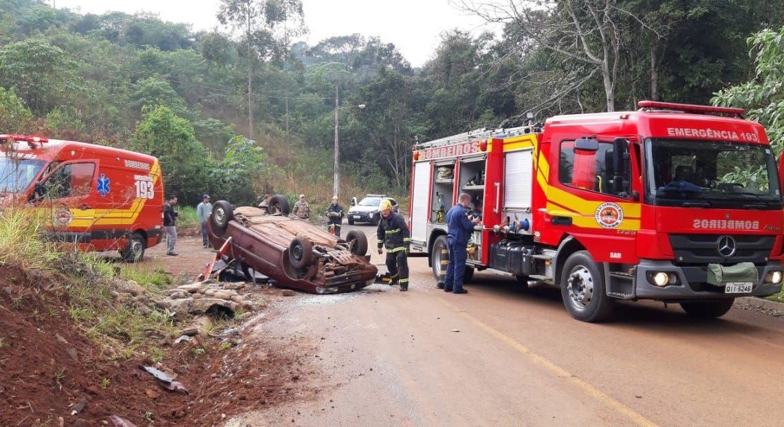 Veículo capota em Itá e deixa motorista preso nas ferragens