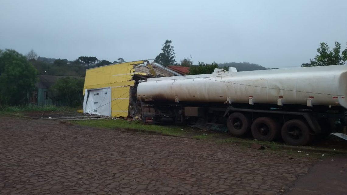 Caminhão desgovernado invade duas residências em São Domingos