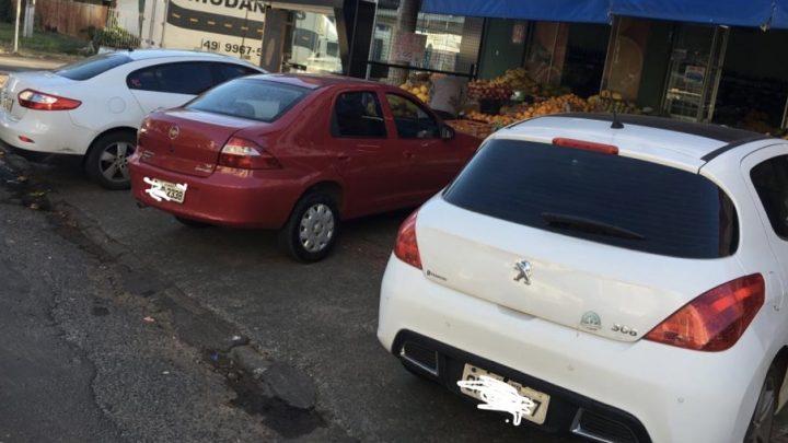 Ministerio Público quer fiscalização intensa em veículos que estão estacionados sobre calçadas em Chapecó