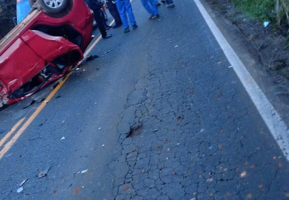Veículo capota após bater em retroescavadeira da prefeitura na SC-283