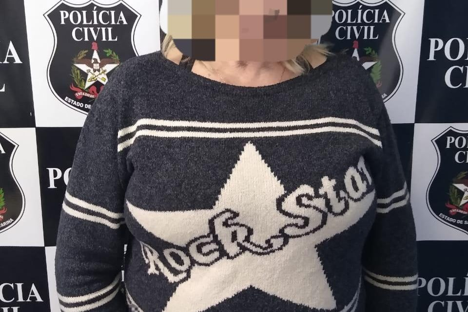 Idosa de 61 anos é presa por extorsão após exigir dinheiro para não divulgar fotos íntimas da vítima