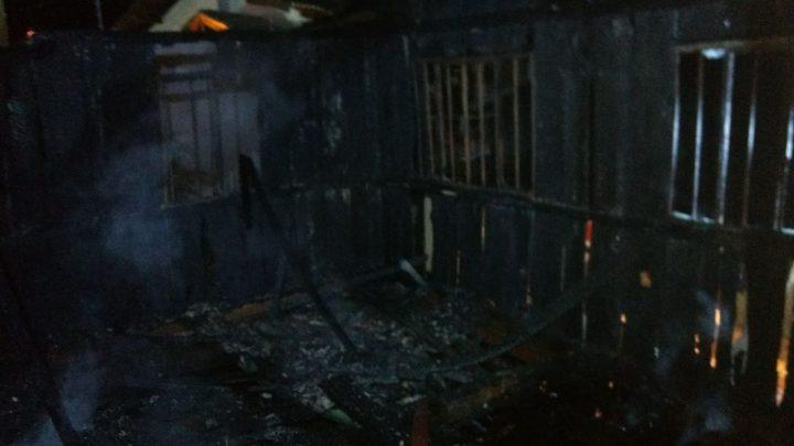 Residência de madeira é destruída pelo fogo em Chapecó