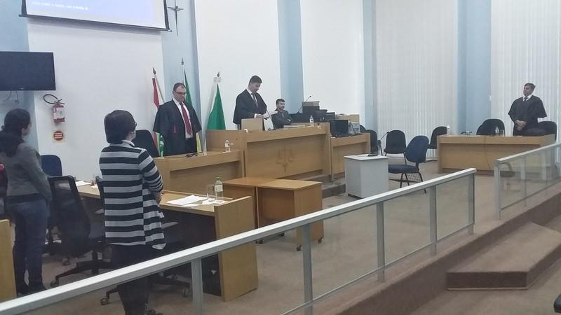 Mesmo sem comparecer ao júri, réu é condenado a seis anos de prisão em Chapecó