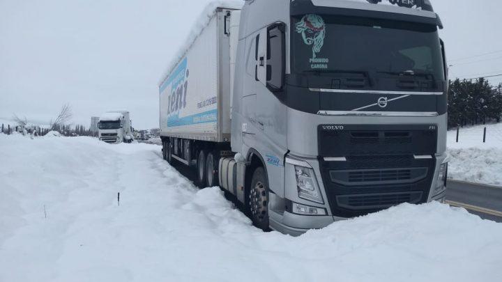 Caminhoneiros do Oeste estão parados nas fronteiras entre Chile e Argentina devido a nevasca