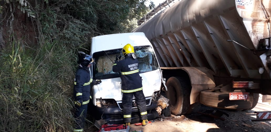 Acidente entre Van e caminhão deixa motorista preso em União do Oeste