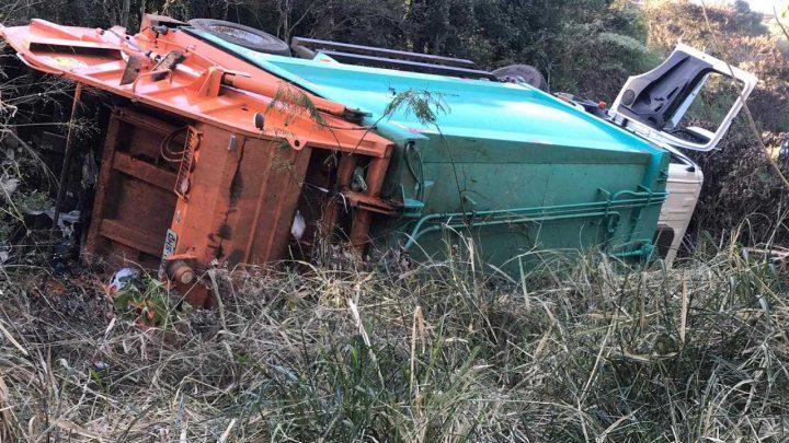 Caminhão de lixo tomba no contorno viário em Chapecó