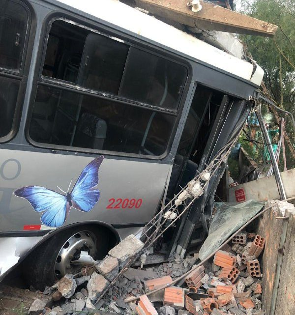 Crianças ficam feridas em saída de pista de ônibus escolar em Seara