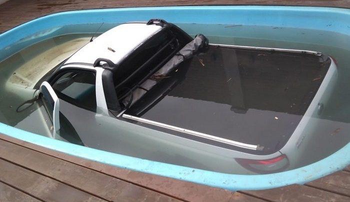 Carro cai em piscina após motorista esquecer de puxar o freio de mão em SC