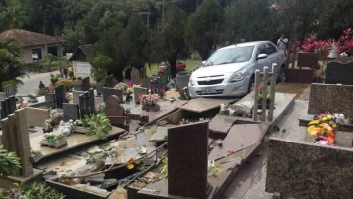 Carro desgovernado invade cemitério e destrói túmulos