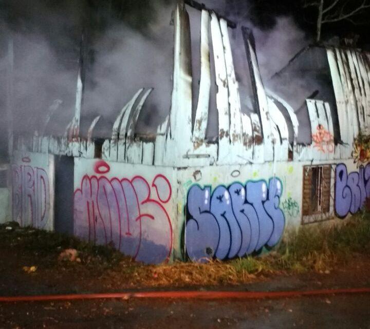 Bombeiros são apedrejados durante combate de incêndio no São Pedro em Chapecó