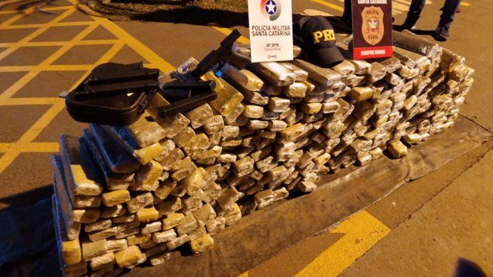 Ação conjunta PRF, PM e Civil apreende 230 kg de maconha e uma pistola na BR 282 em Campos Novos