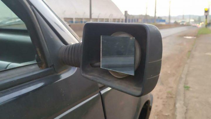 Agentes de trânsito removem veículo com quase 12 mil reais em débitos e espelho retrovisor improvisado