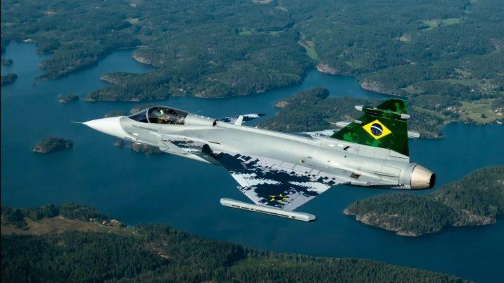 Novo caça da FAB faz voo de estreia na Suécia