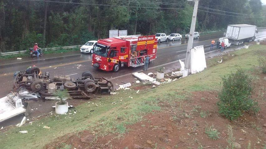 Caminhão capota na SC-135 e deixa duas pessoas mortas em Tangará