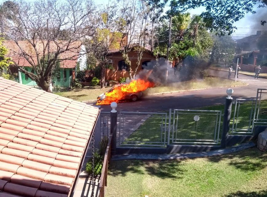 Veículo fica completamente destruído pelo fogo no Universitário
