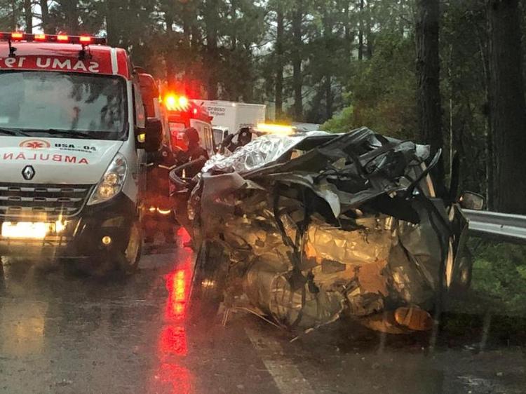 Acidente entre dois carros deixa quatro mortos na BR-282, em Águas Mornas