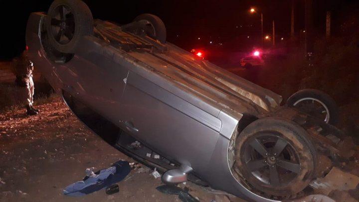 Motorista foge da PM e acaba capotando veículo no bairro Efapi