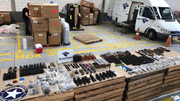 Receita Federal realiza apreensão de fuzis AR 15 e munições no Porto de Navegantes SC