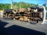 Caminhão carregado com leite colide com veículos e tomba em Seara
