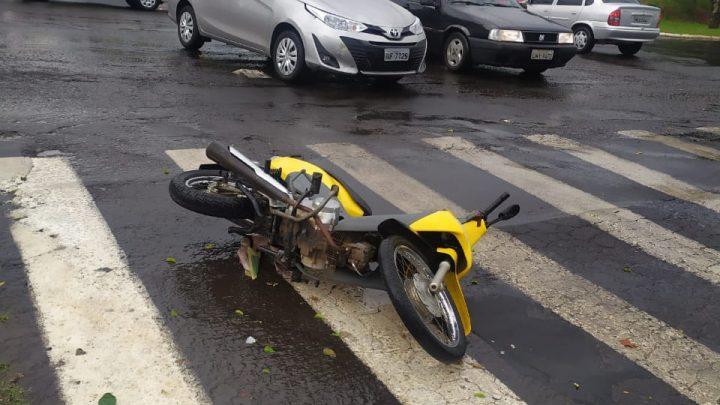 Acidente entre carro e moto é registrado no centro de Chapecó
