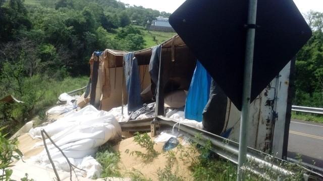 Carreta carregada com soja tomba na SC-161 em Romelândia