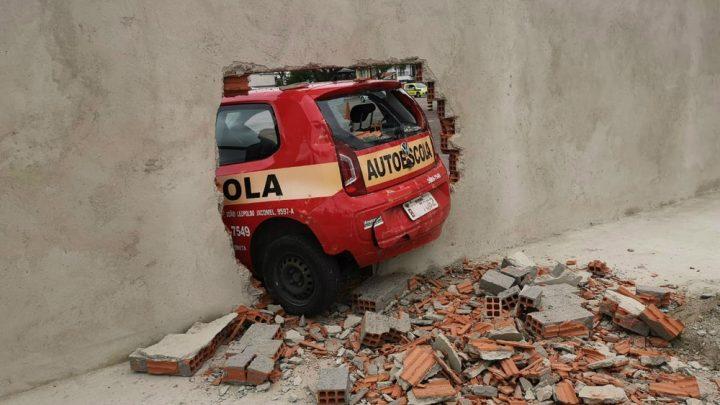Motorista perde controle do carro em teste de baliza e derruba muro recém-construído