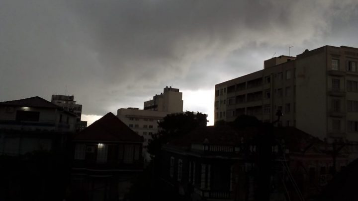 SC tem alertas para rajadas de vento e temporais com granizo entre terça e quarta-feira