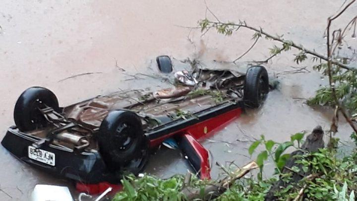 Veículo despenca em açude no município de Seara
