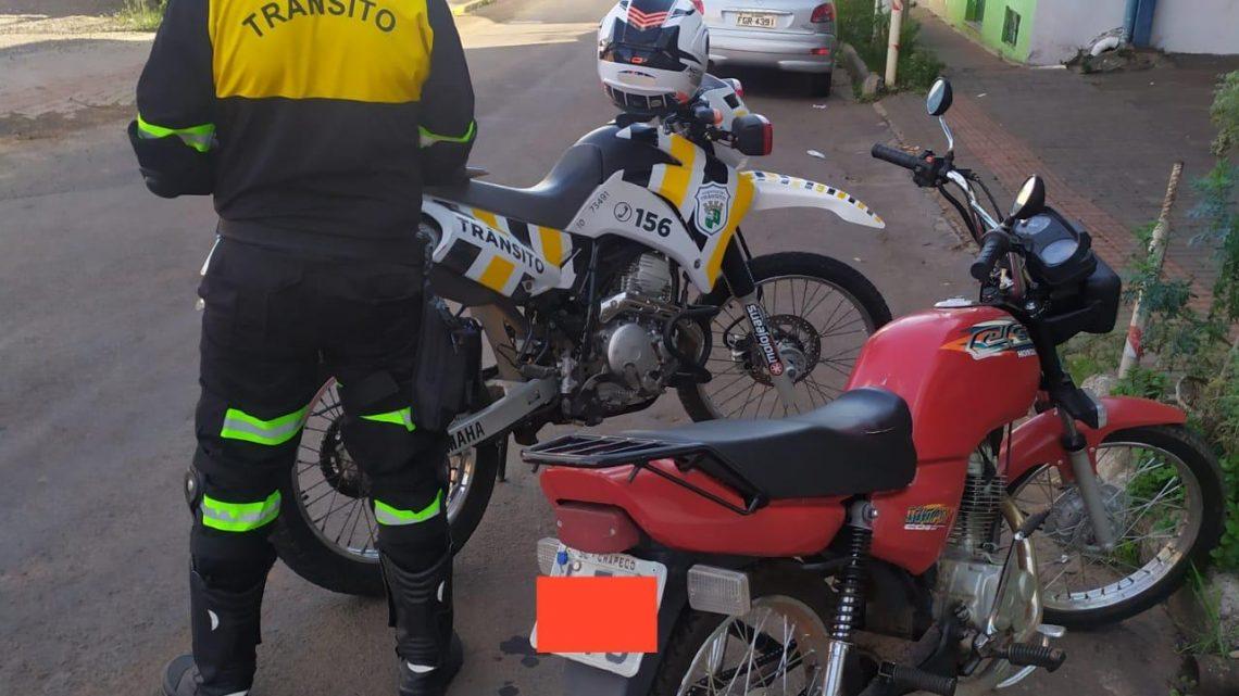 Agentes de trânsito recolhem motocicleta com quase 9 mil reais em débitos em Chapecó