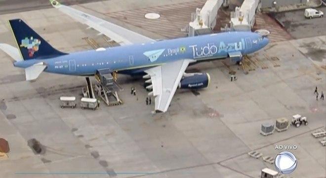 Avião com corpo de Gugu Liberato chega ao Brasil