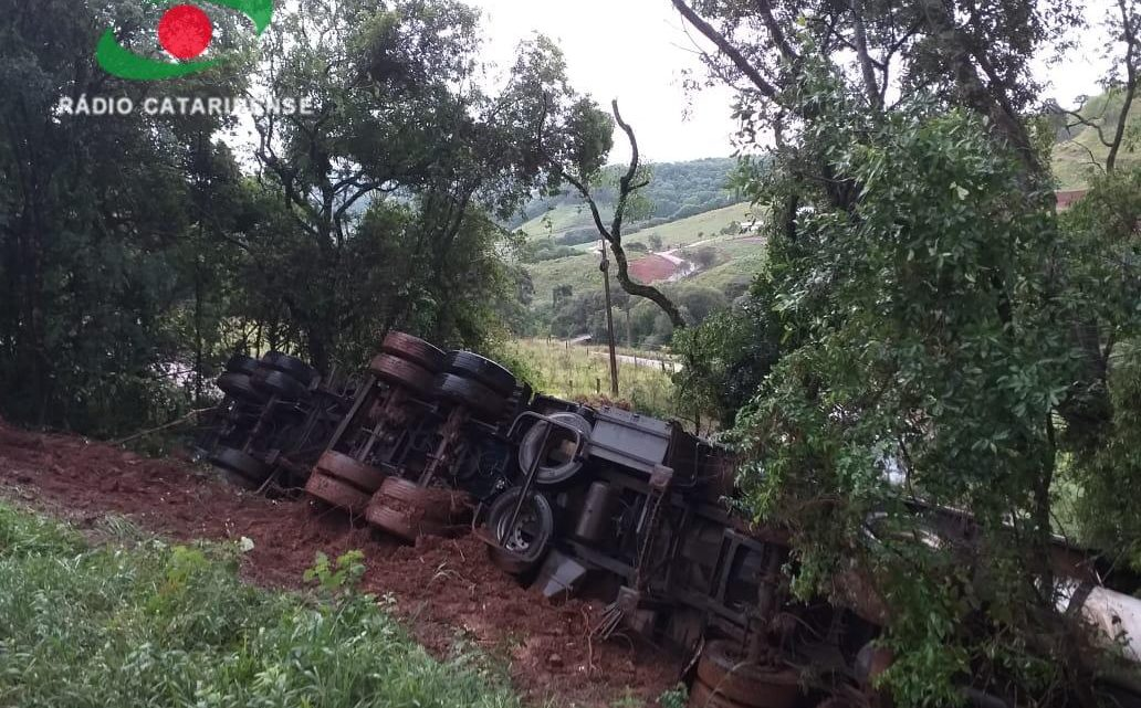 Morre condutor de carreta que saiu de pista na BR-282 em Erval Velho
