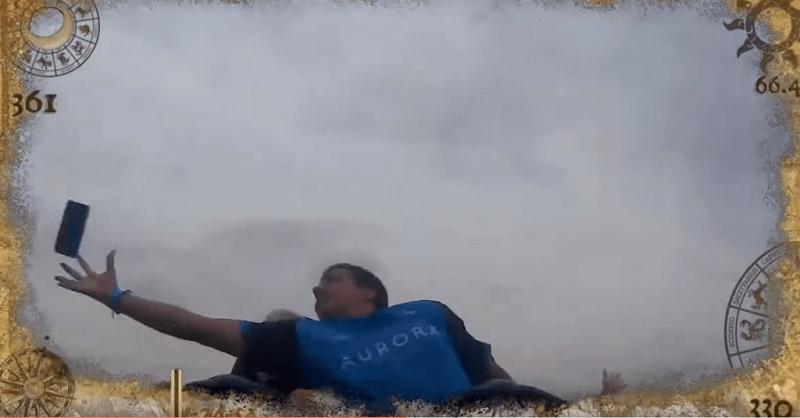 VÍDEO – Homem pega celular de desconhecido no ar em montanha-russa na Espanha