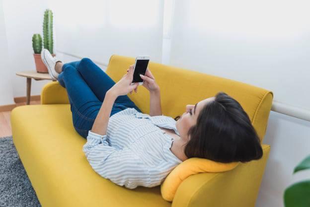 Mulher invade residência em Maravilha para deitar no sofá