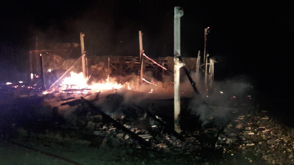 Homem sofre queimaduras ao salvar animais de incêndio em Modelo