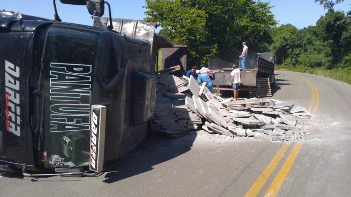 Caminhão tomba na SC-390 em Peritiba