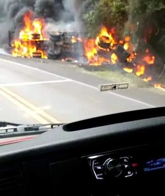 Caminhão pega fogo e mulher morre após colisão com ônibus de SC na BR-116