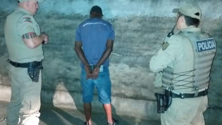 Homem é preso após atacar namorada com soda cáustica e óleo queimado em SC