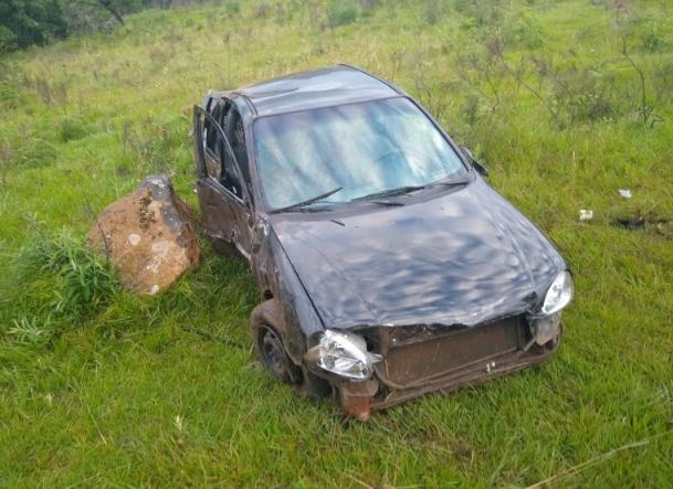 Duas pessoas ficam feridas após veículo despencar em ribanceira
