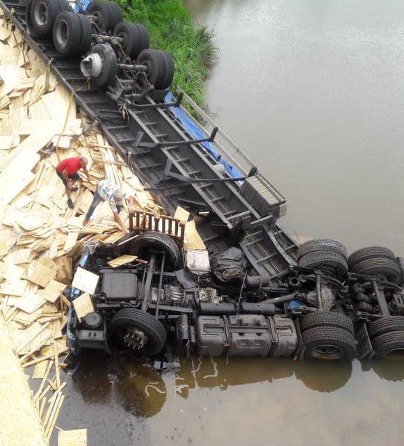 Carreta despenca de ponte e motorista morre em Caçador