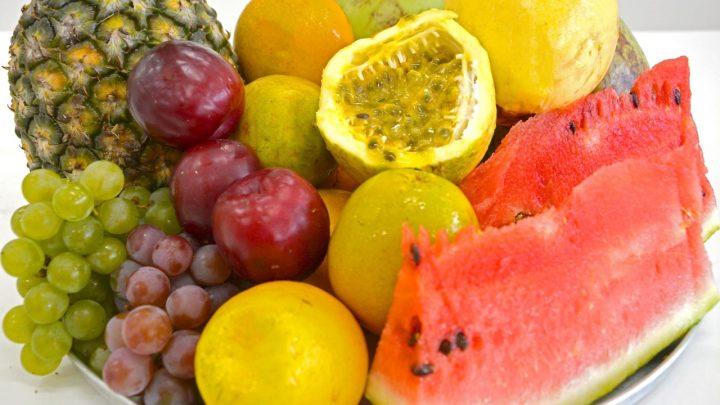 Alimentação saudável e hidratação são aliadas no verão
