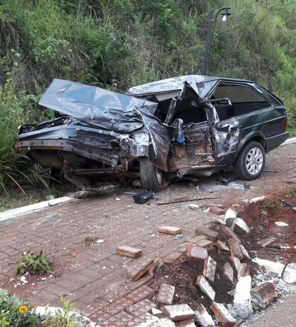 Homem morre em grave acidente envolvendo carreta de dupla sertaneja no oeste