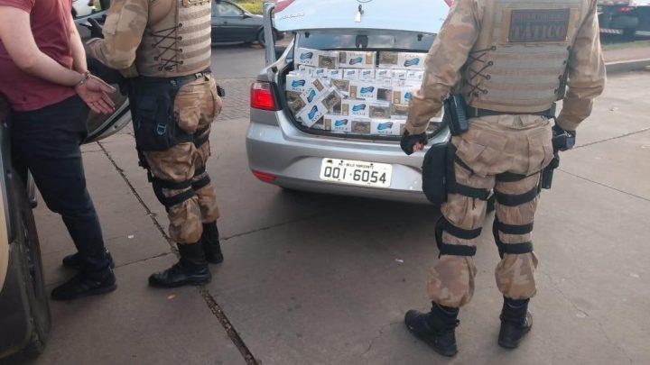 Carro com cerca de 20 caixas de cigarros é flagrado pela PM em Chapecó