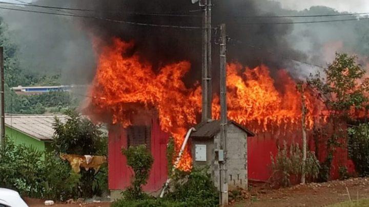 Casa totalmente destruída pelo fogo na área central da cidade de Arvoredo