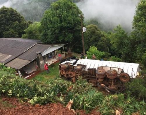 Motorista morre após tombar caminhão de ração em propriedade rural no Oeste