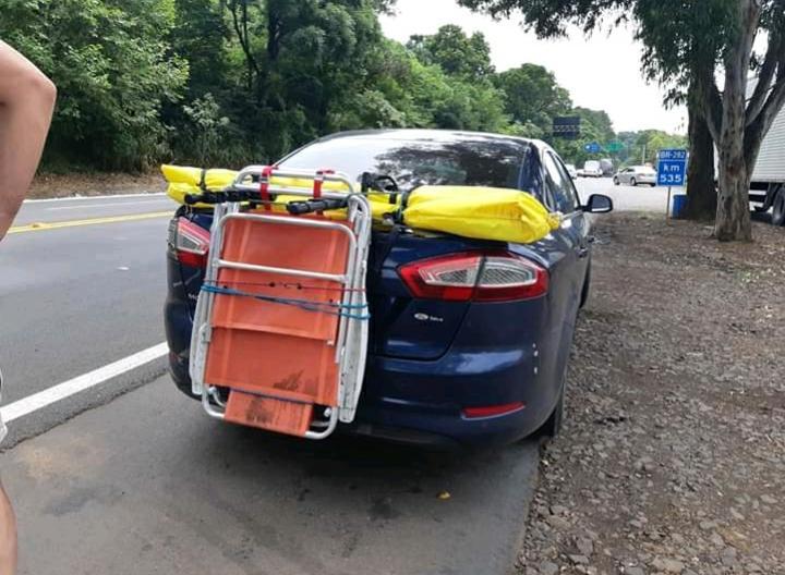 Veículo argentino é flagrado com placa encoberta por cadeiras de praia em Chapecó