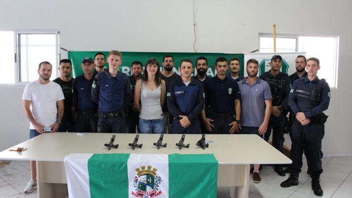 Guardas Municipais de Chapecó recebem carteira porte de arma e armamento