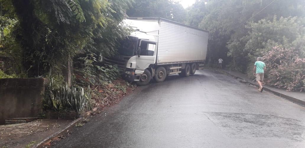 Motorista evita tragédia e joga caminhão desgovernado contra barranco no Oeste